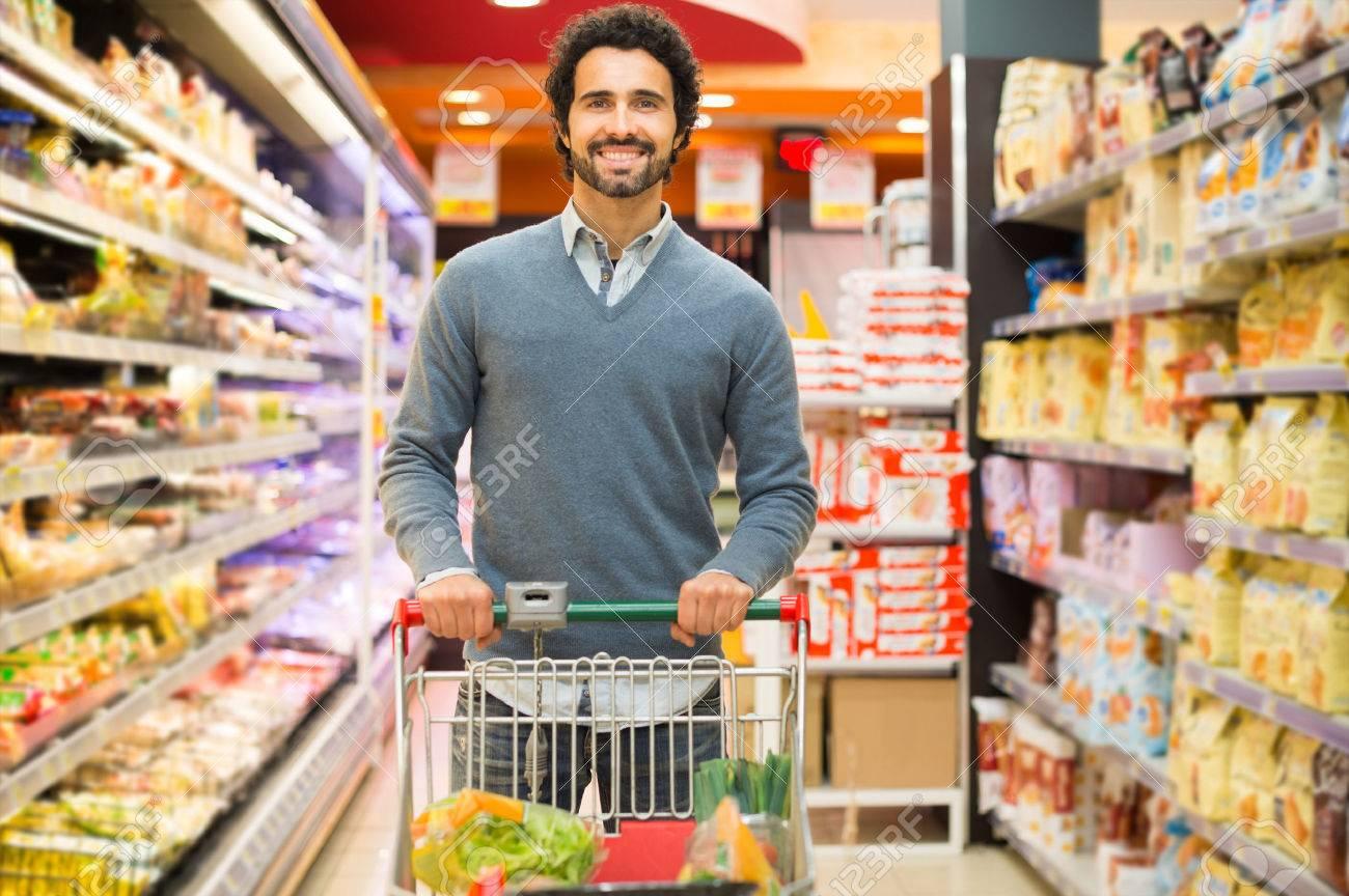 Comment s'alimenter pendant cette « Quatorzaine » forcée ?  38612100-sch%C3%B6ner-mann-in-einem-supermarkt-einkaufen