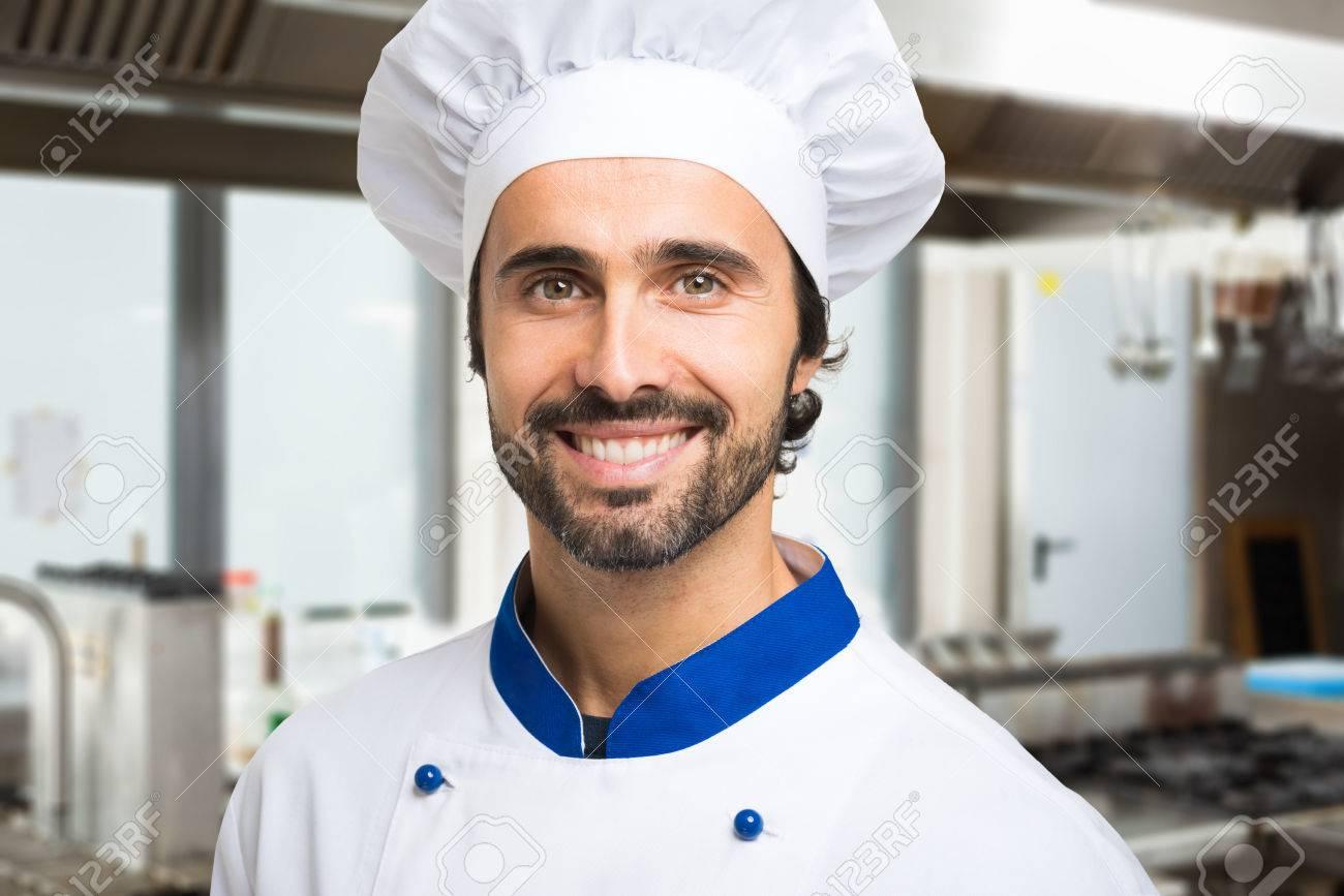 Porträt Eines Lächelnden Koch In Seiner Küche Lizenzfreie Fotos ...