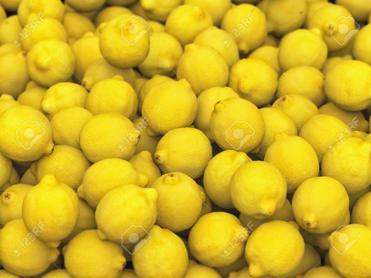 Mucchio di limoni sotto illuminazione da studio neutra questa