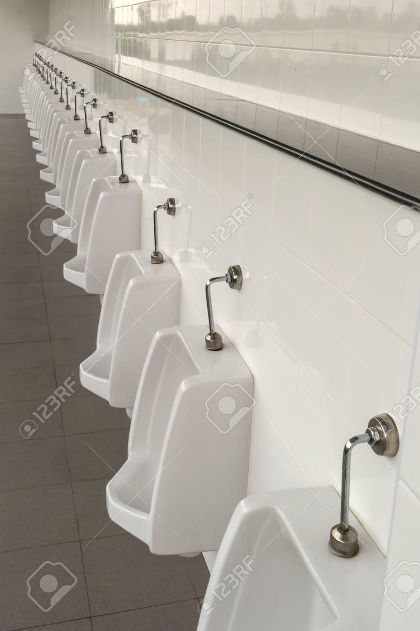 Salle De Bain Urinoir ~ urinoirs dans la salle de bain des hommes avec des urinoirs en