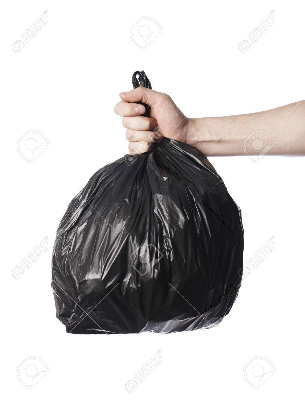 Hombre sosteniendo una bolsa de basura de plástico negro completa en su mano.