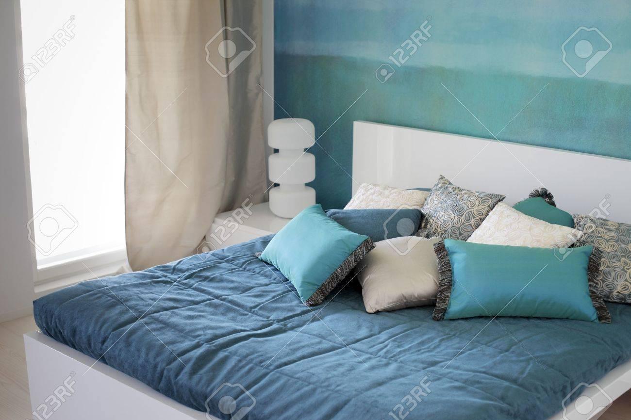 camera da letto moderna, letto con cuscini. foto royalty free ... - Cuscini Camera Da Letto