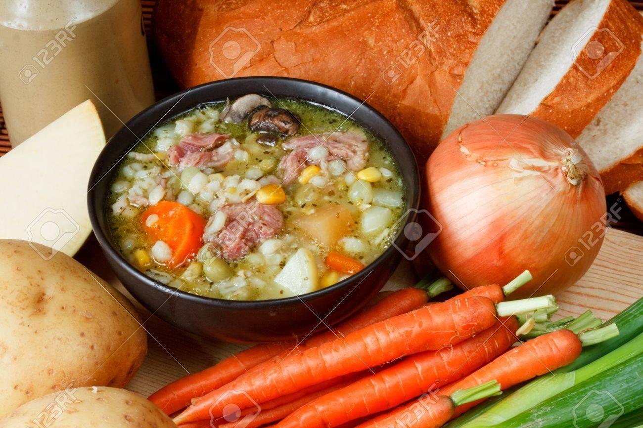 Van Ham Keukens : Kom van ham bouillon in de keuken omgeving omringd door