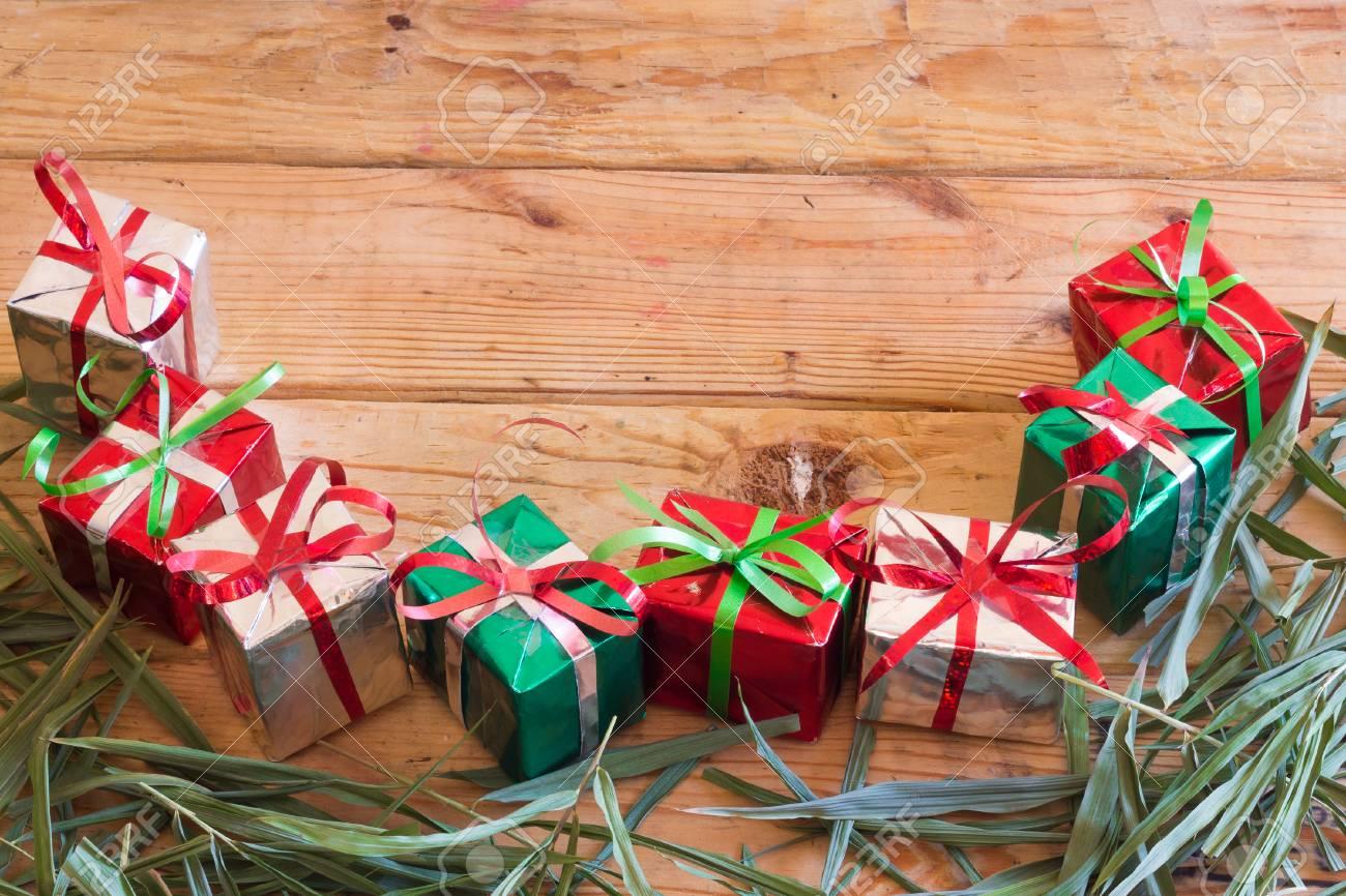 Caja De Regalo De Navidad Con Hojas De Color Verde Sobre Fondo De ...