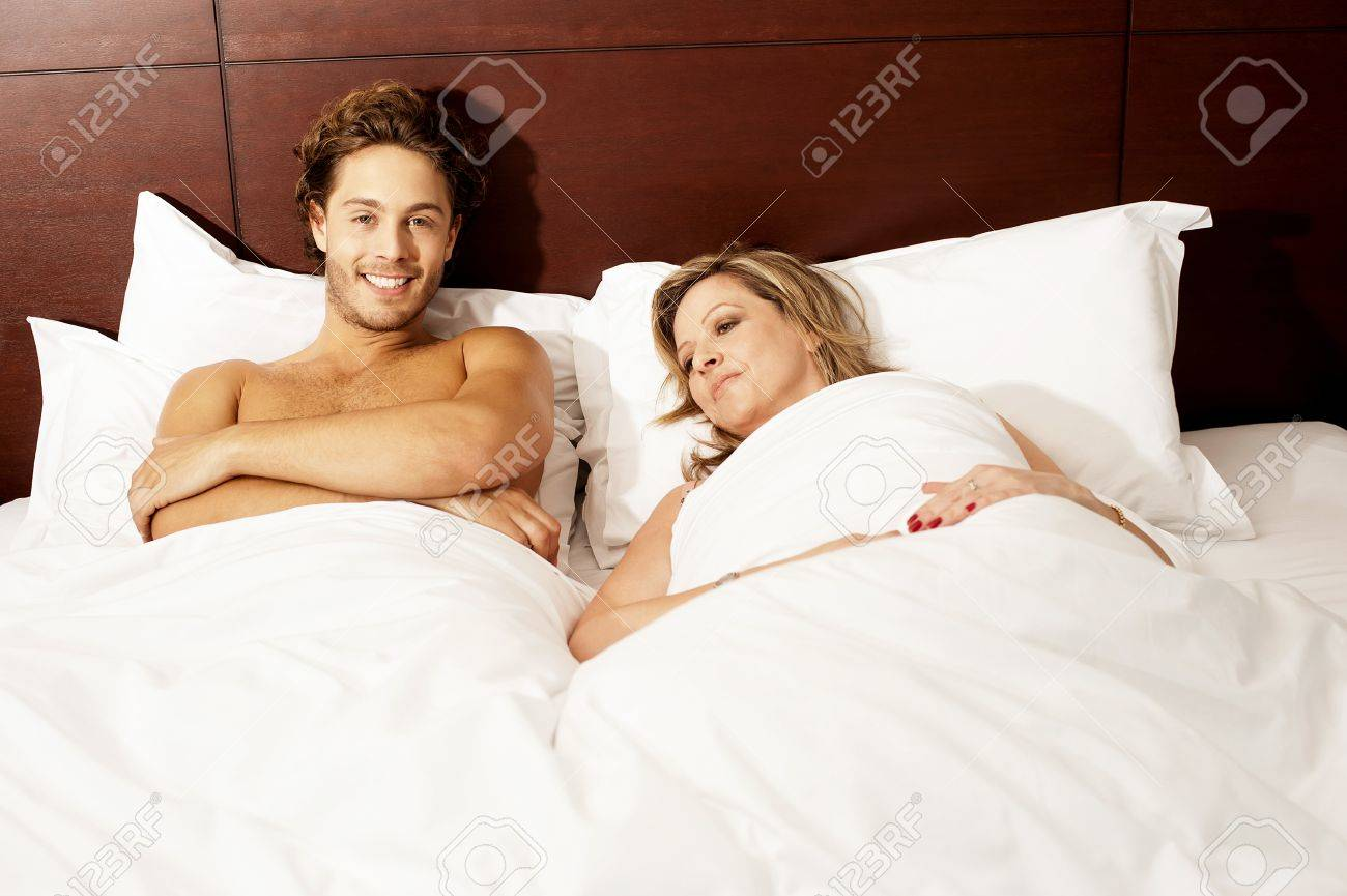 Couple Nu couple nu se détendre après avoir fait sortir. amour couple