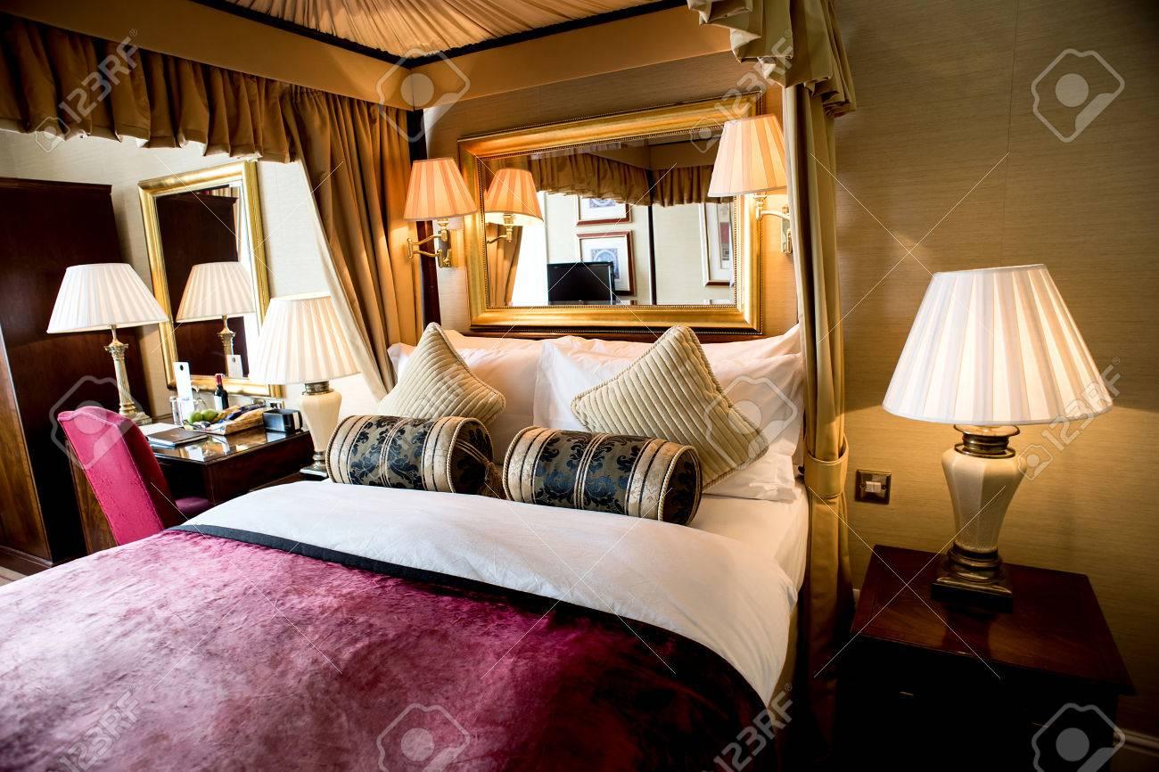 Luxus Schlafzimmer Mit Schönen Dekoration Standard Bild   42702110