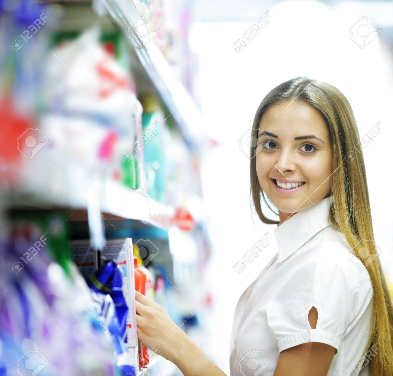 Smiling woman in a Grocery Store Stock Photo - 15472254