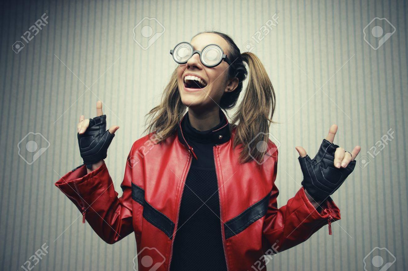 Banque d images - Jeune connaisseur drôle de porte de grosses lunettes  noires. 5e7edad193f2