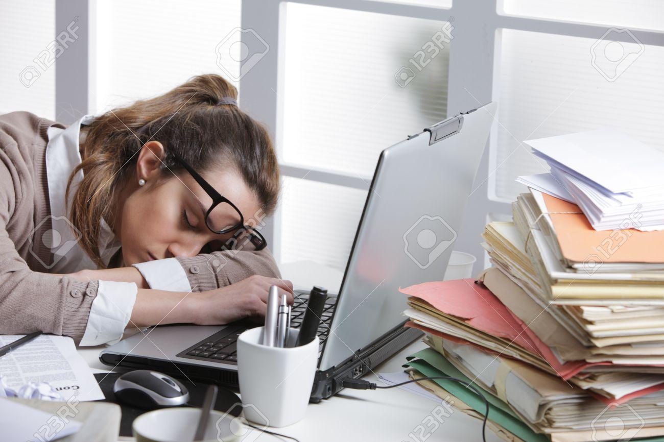 Tired businesswoman dormir sur le bureau en face de l écran d