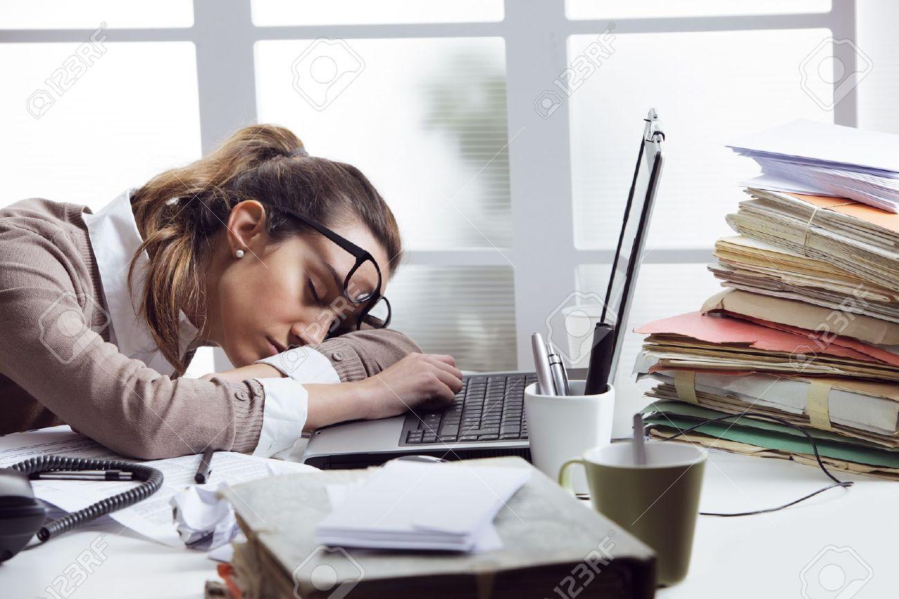 Fatigué d affaires dormir sur le bureau en face de l écran d
