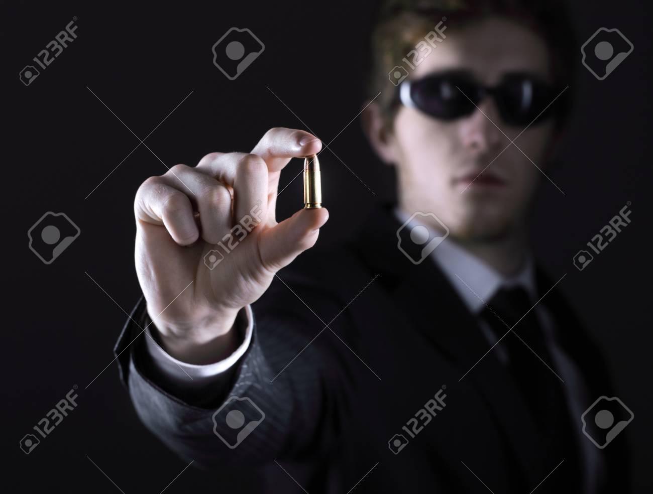 b53fdf733af1f5 Business-Mann mit Sonnenbrille hält eine Kugel Standard-Bild - 23340495