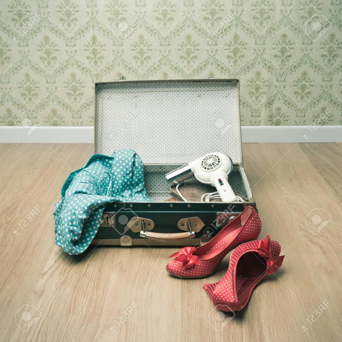 Ouvrir Valise Vintage Avec Des Chaussures En Rouges Et Des VêteHommests En Chaussures 2f1d04