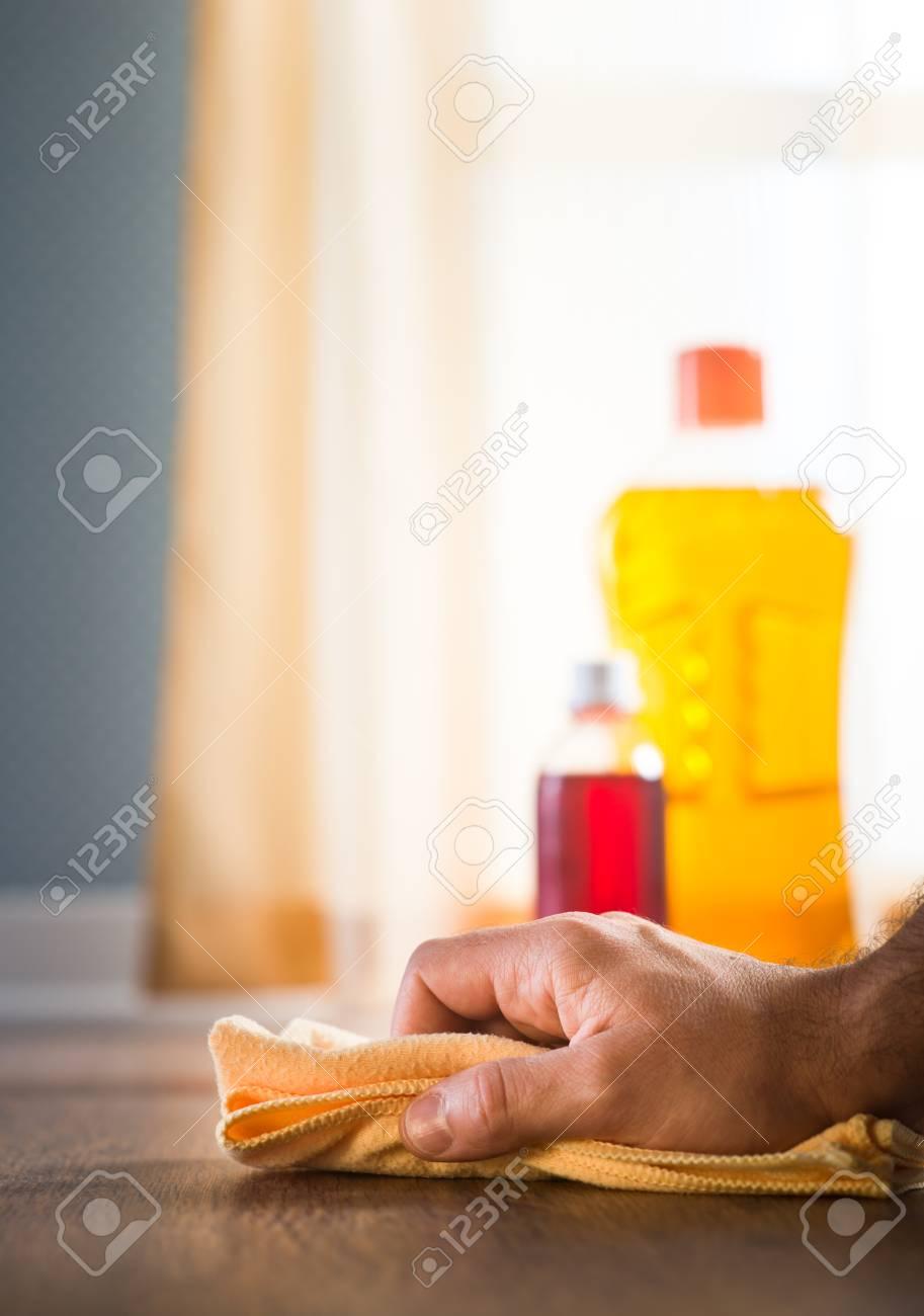 Mannliche Hand Die Holzpflegemittel Und Reinigungsmittel Auf
