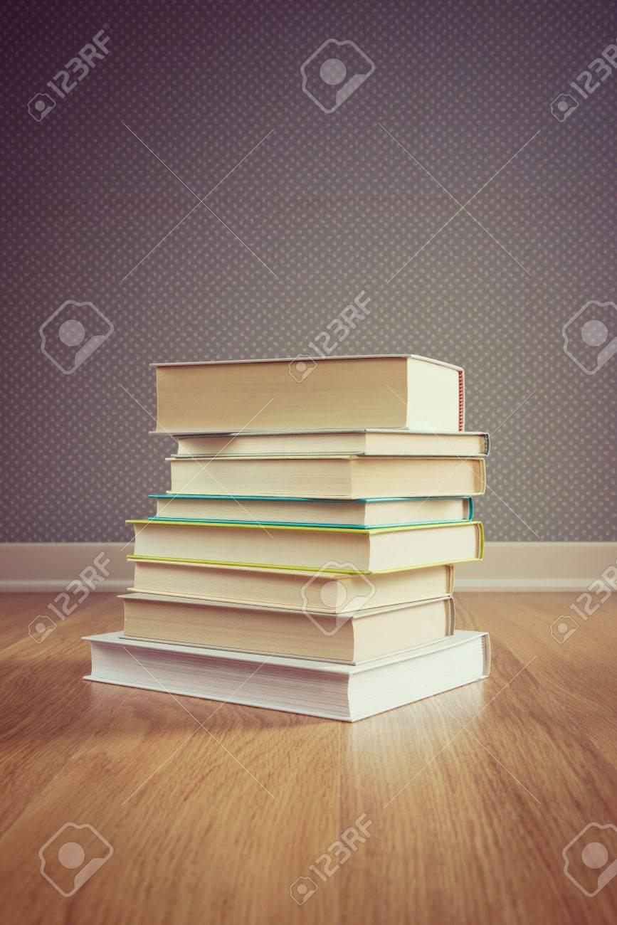 ハードカバーの本の寄木細工の床床で点線の壁紙の背景を持つスタック の写真素材 画像素材 Image
