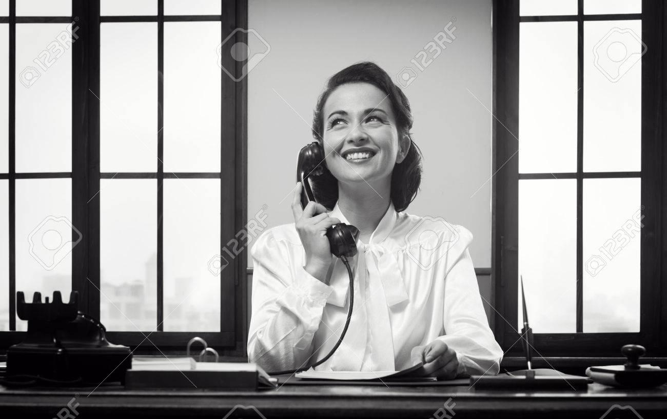 Sourire réceptionniste millésime travailler au bureau de bureau et
