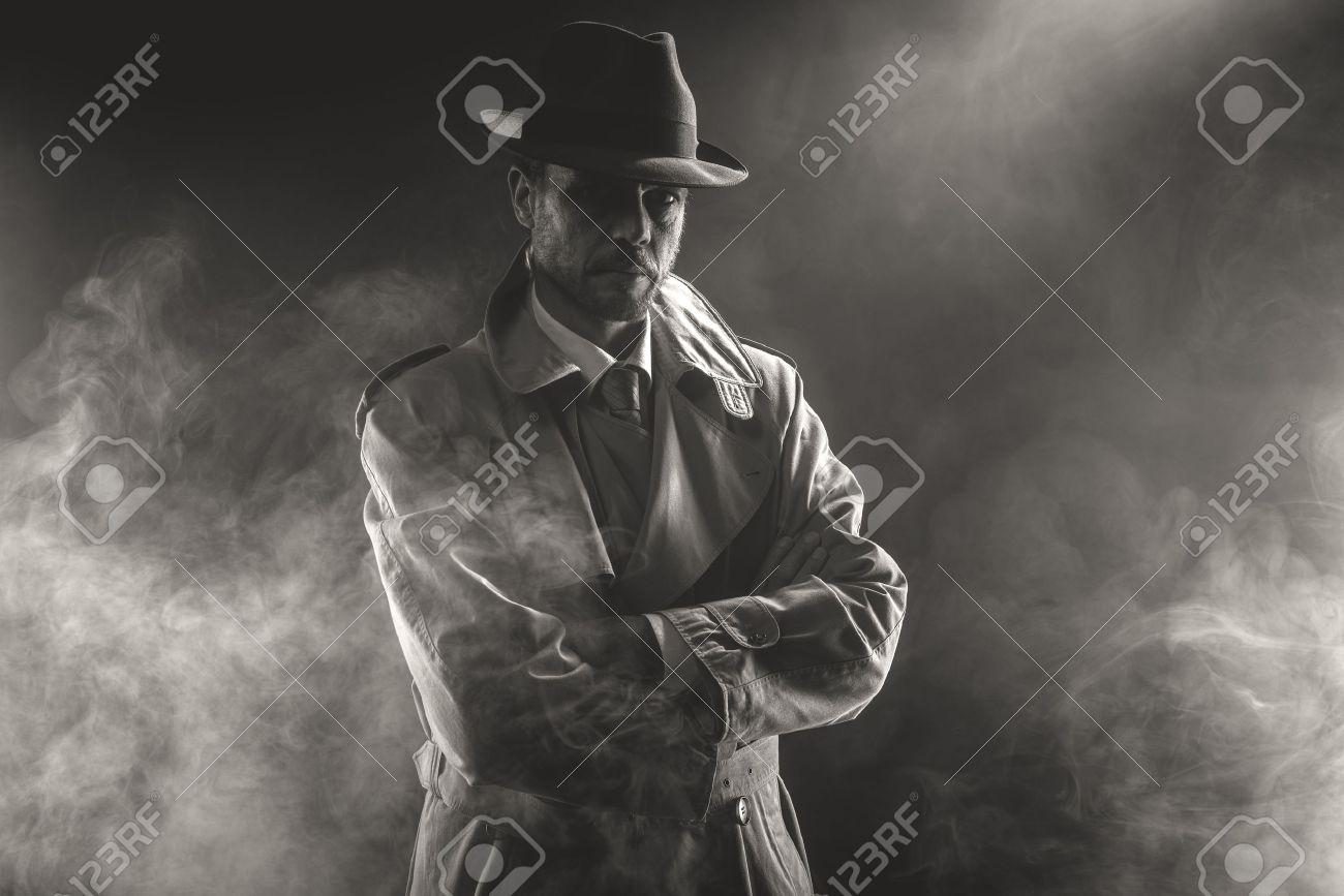 35516202-homme-myst%C3%A9rieux-attendant-les-bras-crois%C3%A9s-dans-le-brouillard-film-noir-des-ann%C3%A9es-1950.jpg