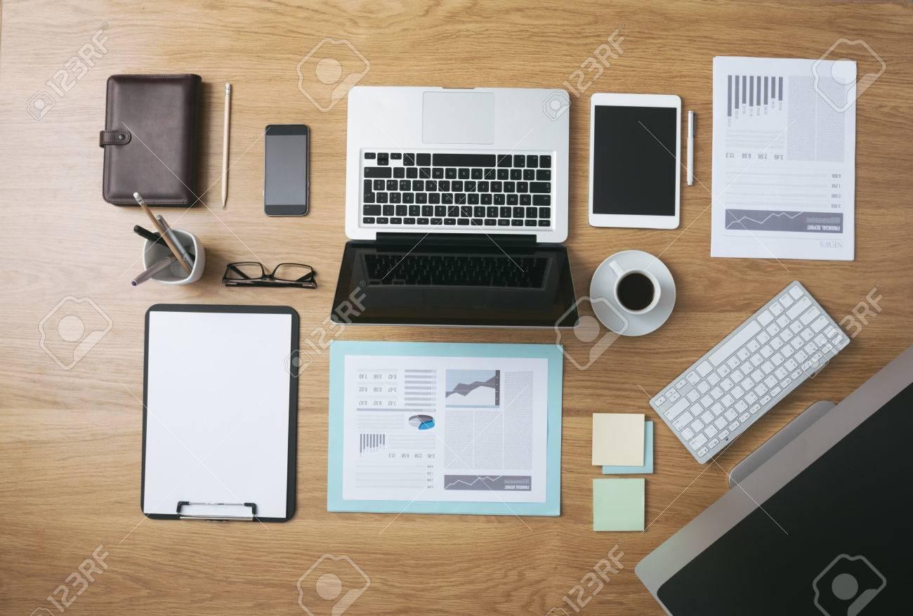 Ordentlich Desktop Und Arbeitswerkzeuge Des Geschäftsmannes Mit ...
