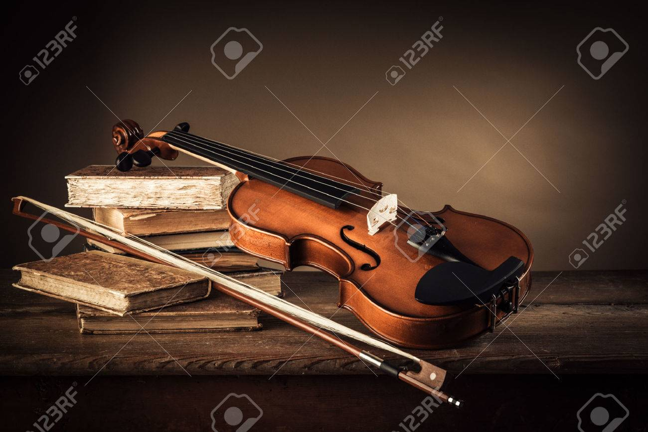 Violin, bow and old books on a rustic wooden table, arts and music concept Stock Photo - 47117454