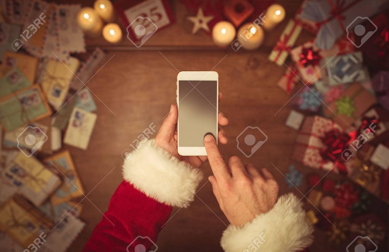Weihnachtsmann Mit Einem Touchscreen-Smartphone, Die Hände ...