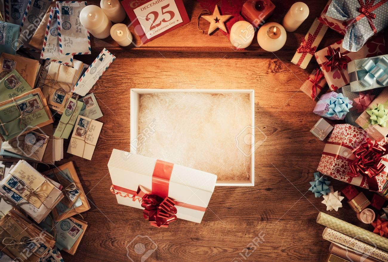Ffnen Sie Leeren Weihnachtsgeschenkkasten Auf Einem Hölzernen ...