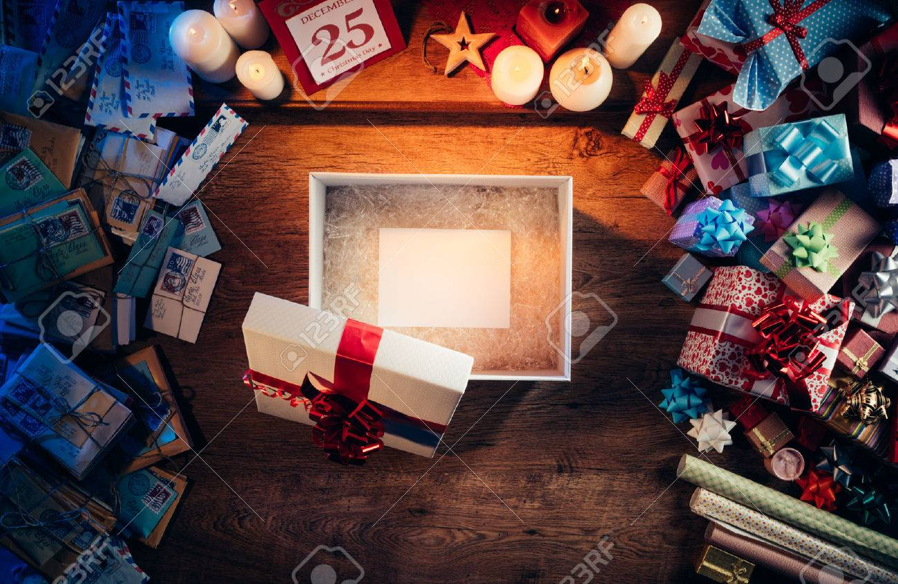 Open gift box with a blank white card inside, presents and Christmas letters all around, desktop top view Banque d'images - 48541934