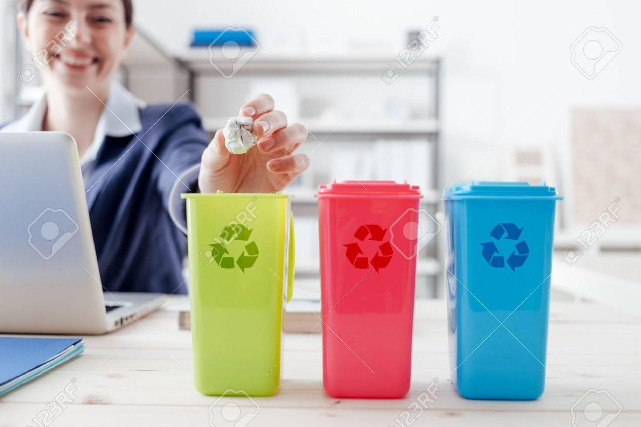Collecte des déchets et le recyclage en milieu de travail, employé de bureau de tri des ordures en utilisant différentes poubelles Banque d'images - 54081310