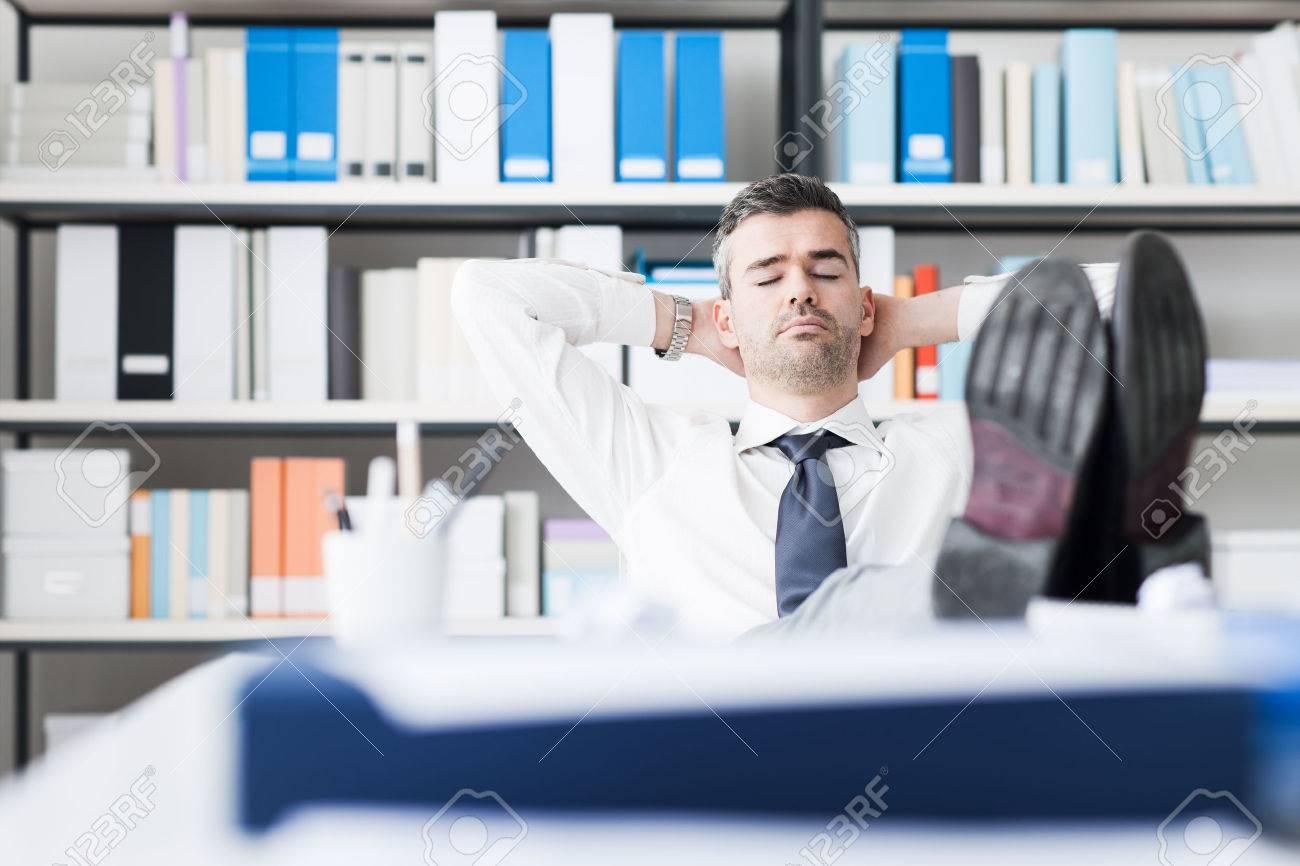 Lazy affaires dormir dans le bureau avec ses pieds sur le bureau