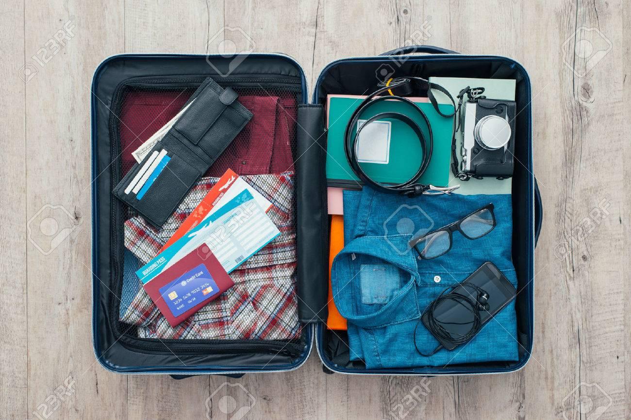 Sac Open voyageur vêtements, accessoires, carte de crédit, billets et passeport, Voyage et Vacances notion Banque d'images - 58404666