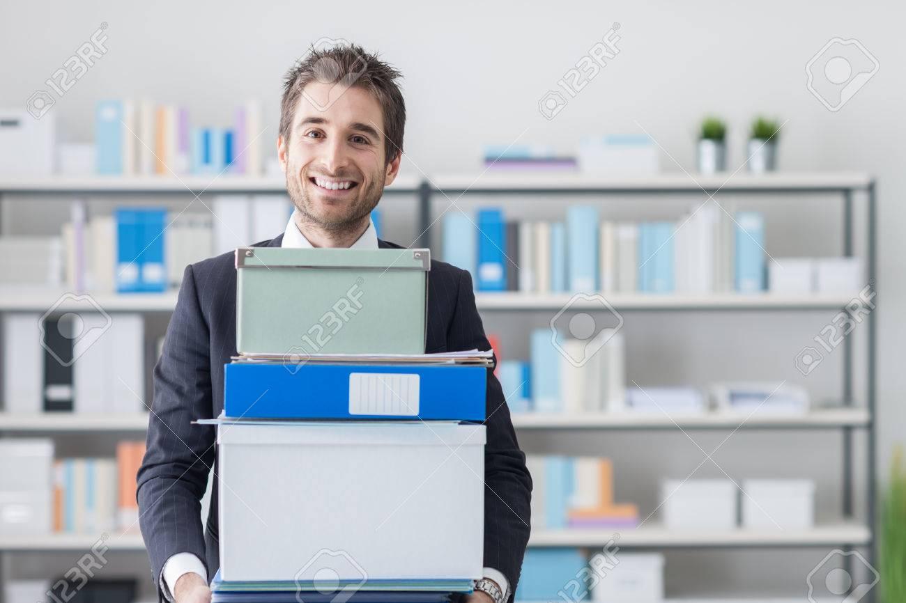 Junge Unternehmer Einen Stapel Von Kisten Und Ordner In Seinem Buro