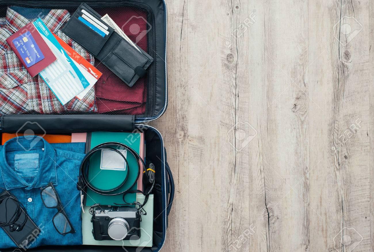 design intemporel 85a1f 4656e Sac Open voyageur vêtements, accessoires, carte de crédit, billets et  passeport, Voyage et Vacances concept, à plat
