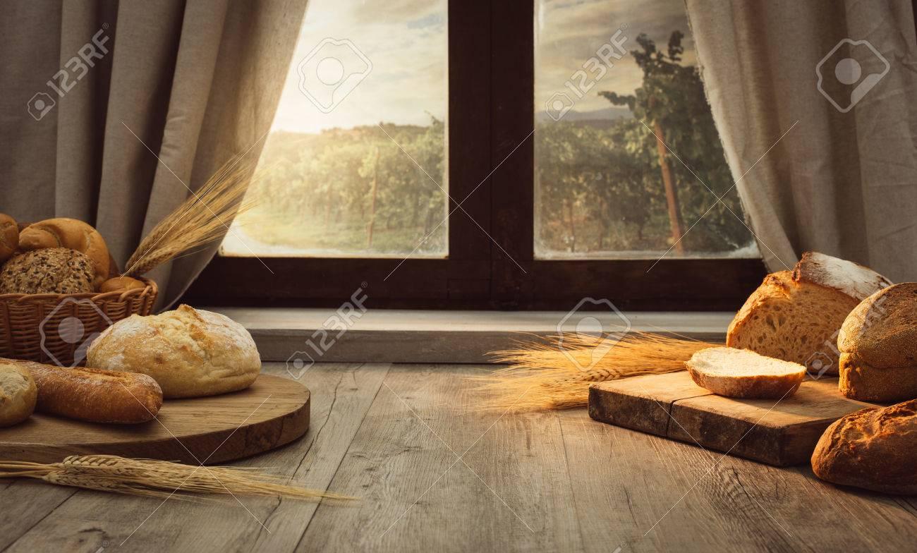 Frisches Brot Auf Dem Kuchentisch Vor Einem Fenster Mit Einer Landschaft Panorama Gesunde Ernahrung Und Traditionelle Backerei Konzept Lizenzfreie Fotos Bilder Und Stock Fotografie Image 67261352