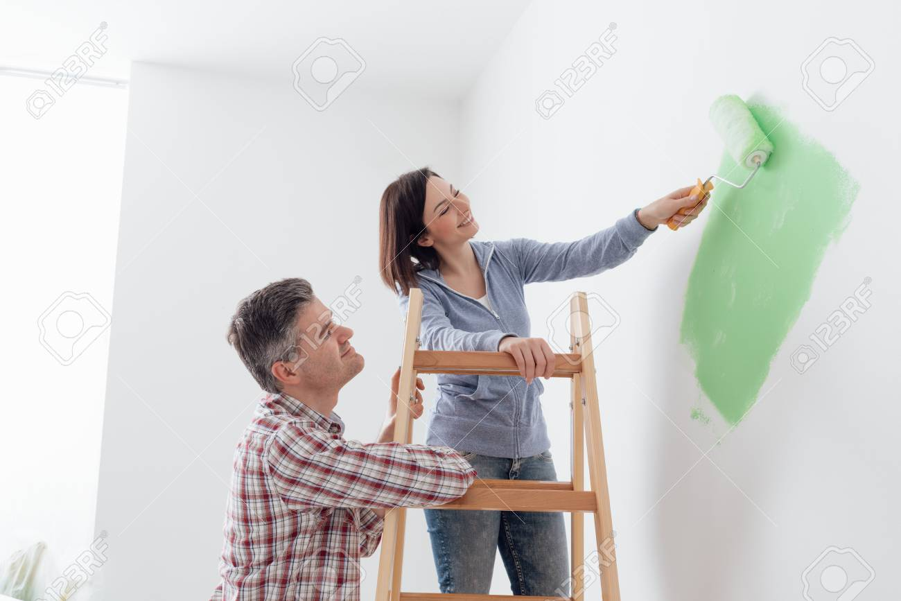 Glückliches Paar Ein Haus Verjüngungskur Und Anstreichen Der Wände ...
