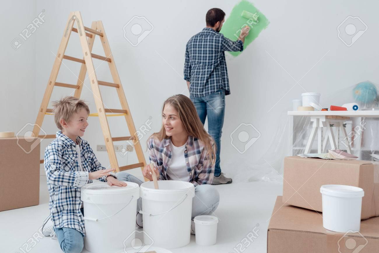 Junge Familie Ein Haus Renovierung Und Malerei Zimmer Zu Tun, Ist ...