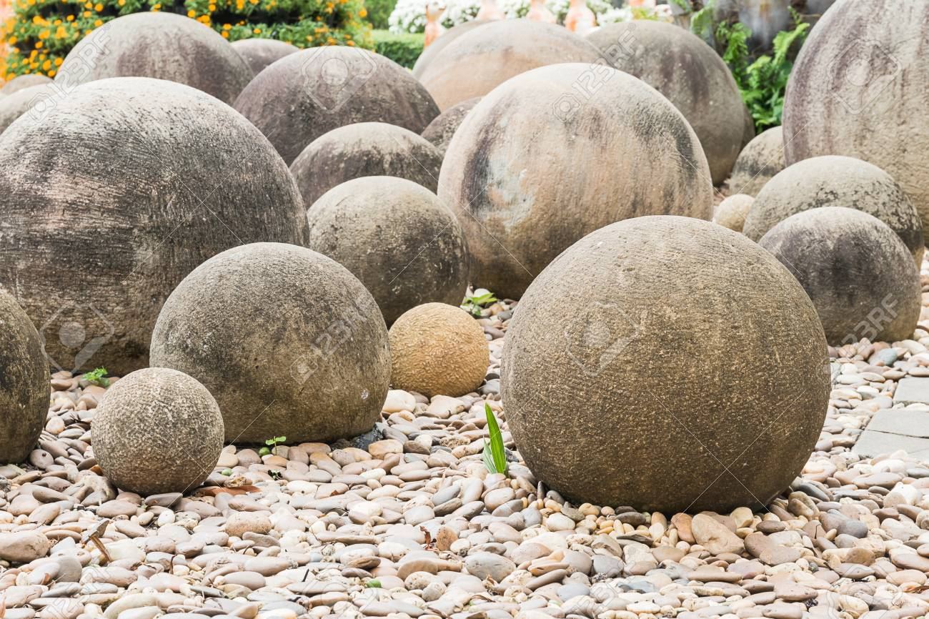 Jardin Mineral Zen Photo zen stone in a japanese garden, stone sphere in the stone garden..