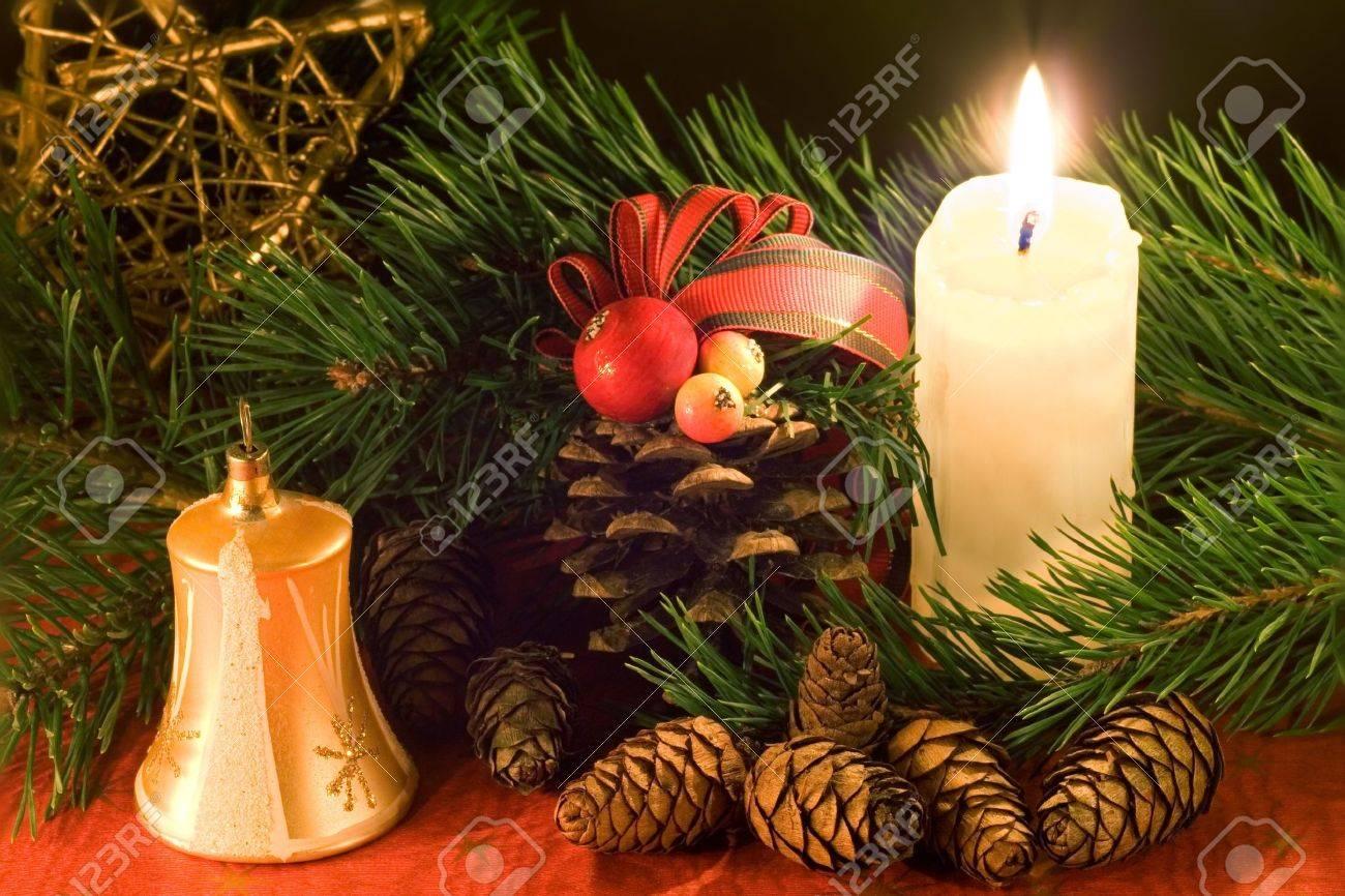 Weihnachten-Szene Mit Golden Bell, Weißen Kerze Und Zapfen Bei ...