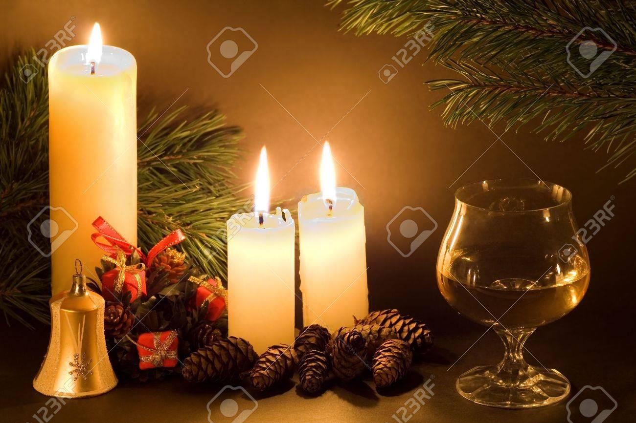Weihnachten-Szene Mit Weißen Kerzen, Zapfen, Glocke Und Glas Wein ...