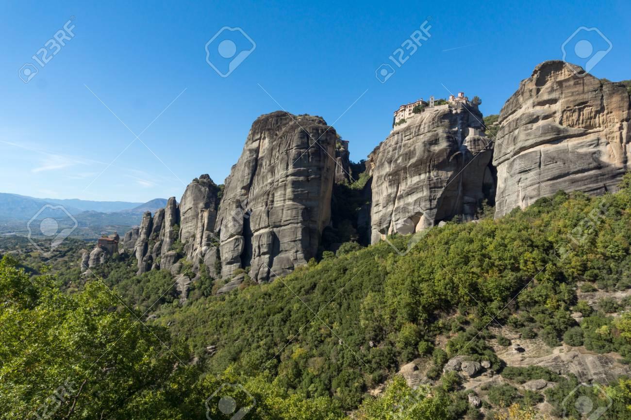 神聖なテッサリア、ギリシャ、メテオラの修道院の素晴らしい景色 の ...