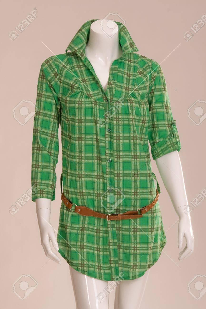 Grün kariert Bluse mit einem braunen Gürtel an einem Mannequin  Standard-Bild - 12638460 8c8da37f23