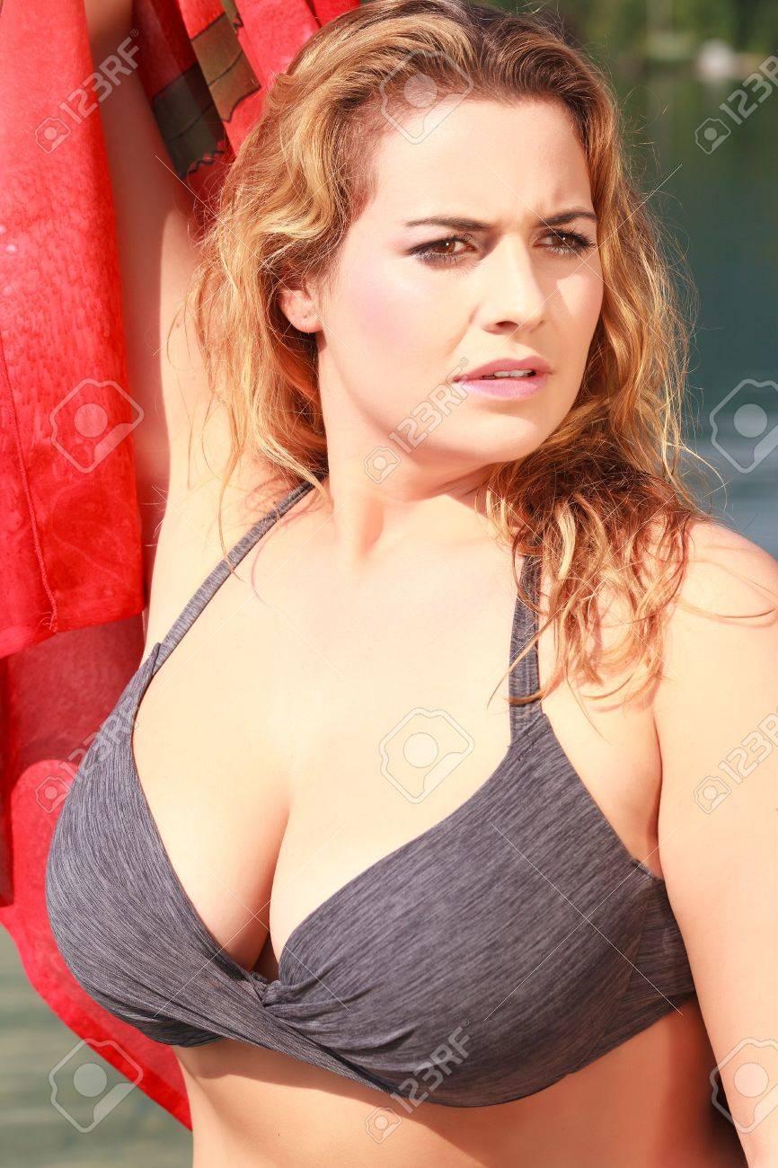 Un Bikini Playa Árbol Gordita La Joven De Mujer Con Pie En jqULSMGVzp