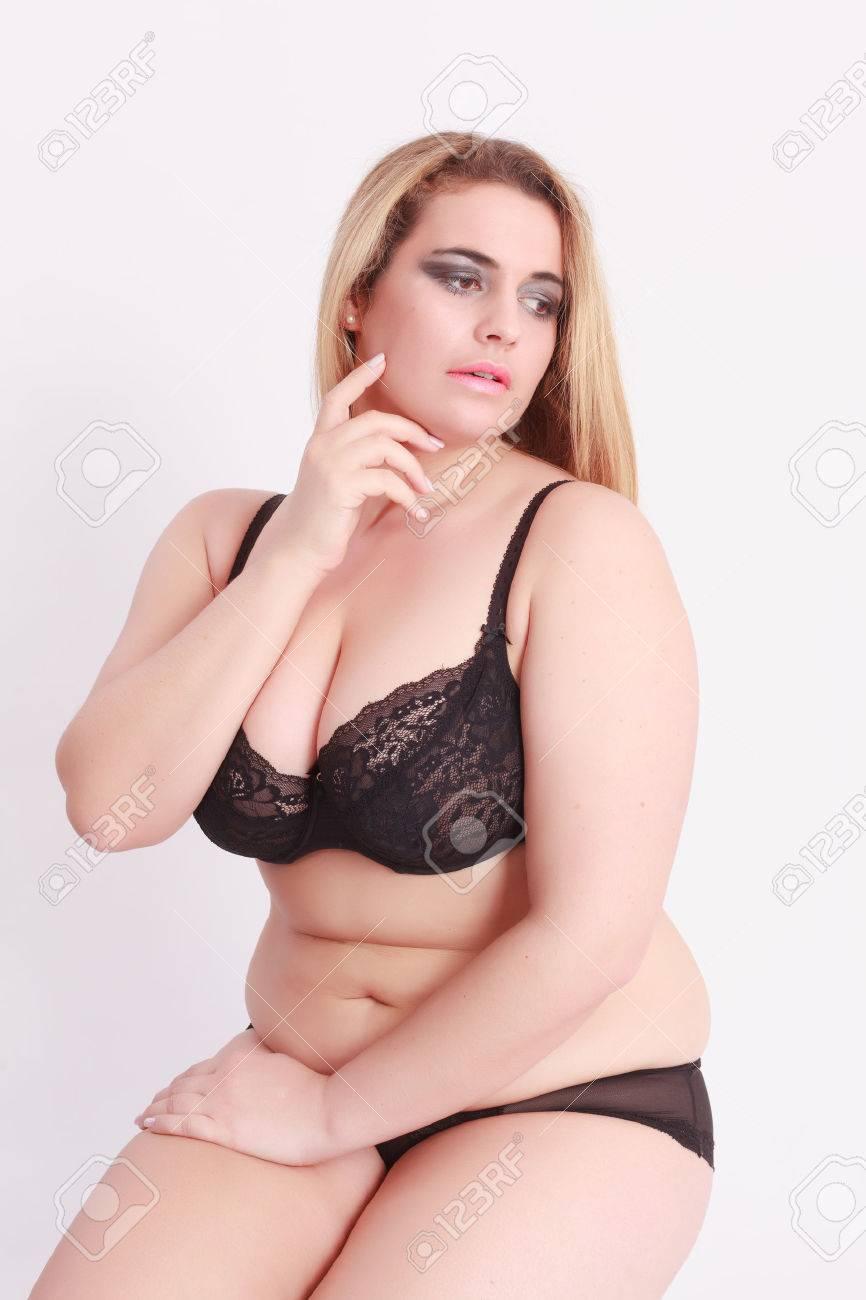 11d3a65c81 Foto de archivo - Sensual mujer rubia joven con el gran tamaño de la ropa  interior