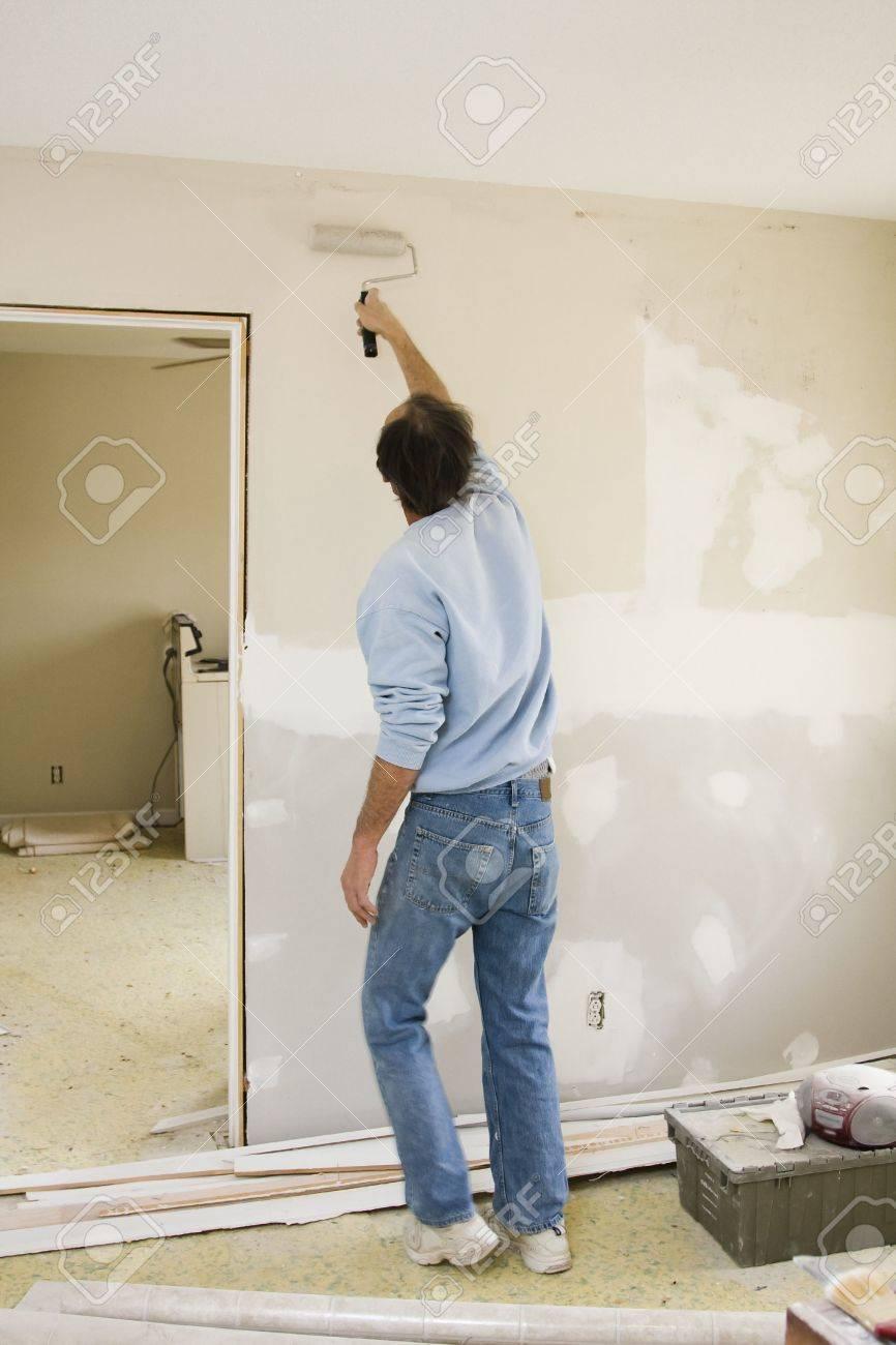 Peinture Blanc Brillant Mur Et Plafond peintre du contrat de mise à jour des couleurs des murs et des plafonds de  peinture blanc brillant pour accélérer la vente de la maison
