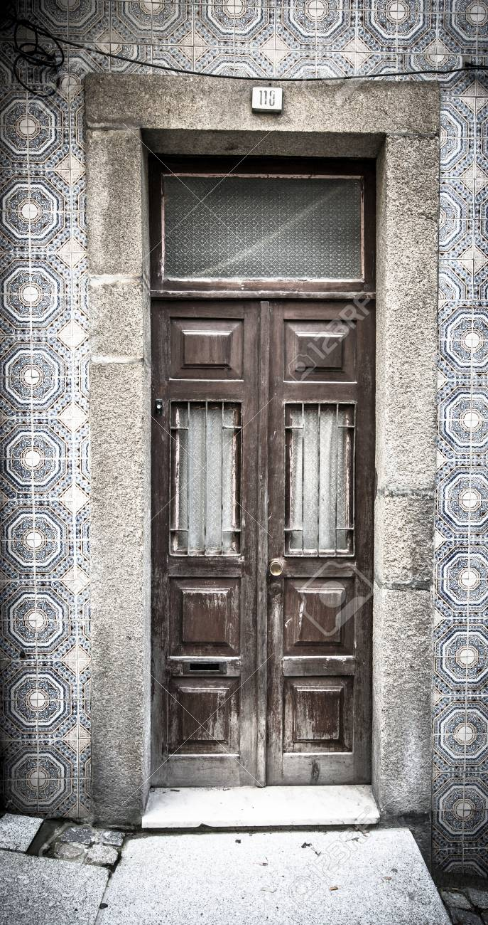 Vieille Porte En Bois Avec Fenêtre Sur Le Mur De Carreaux De