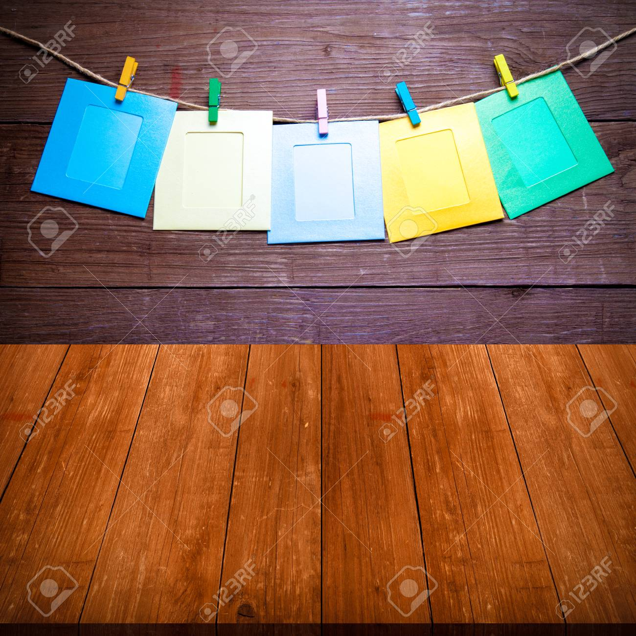 Clothespins Coloreados Con Los Marcos De La Foto En La Cuerda En Una ...