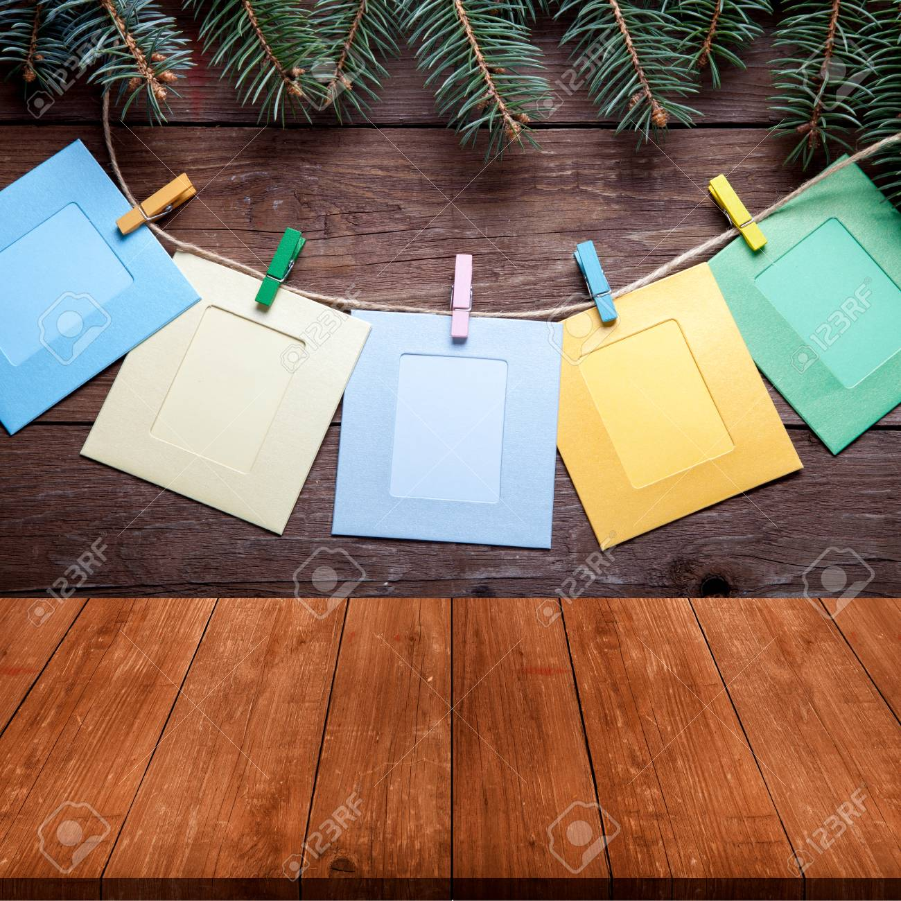 Rama De árbol De Navidad Y Clothespins Coloreados Con Los Marcos De ...