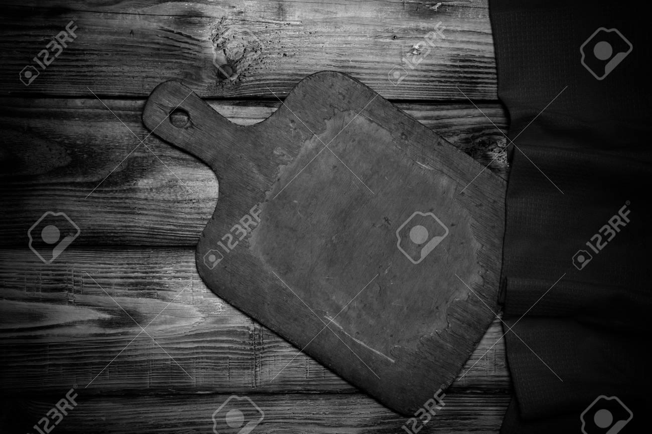 Immagini Stock Tagliere Retro E Telo Da Cucina Rosso Sul Vecchio Tavolo In Legno Bruciato O Pensione Per Sfondo Tonica Image 52812994