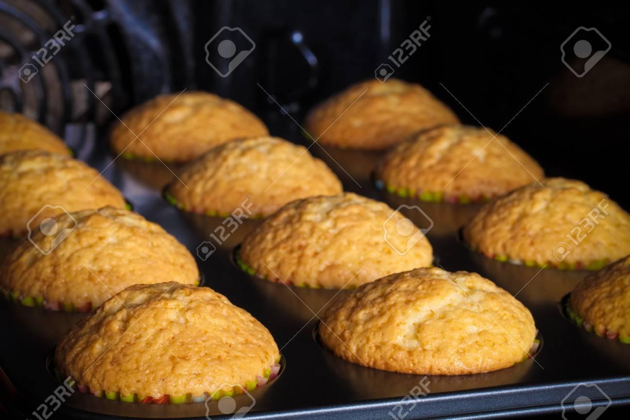 Cupcakes Sur Une Plaque De Cuisson Dans Le Four Ouvert Mise Au Point Sélective Faible Profondeur De Champ Virage