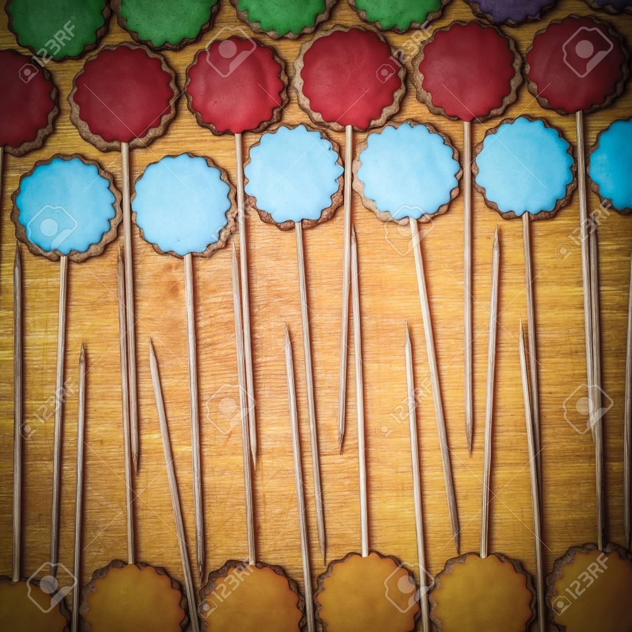 Biscuits De Pain D Pice Avec Du Mastic De Couleur Sur Des B Tons