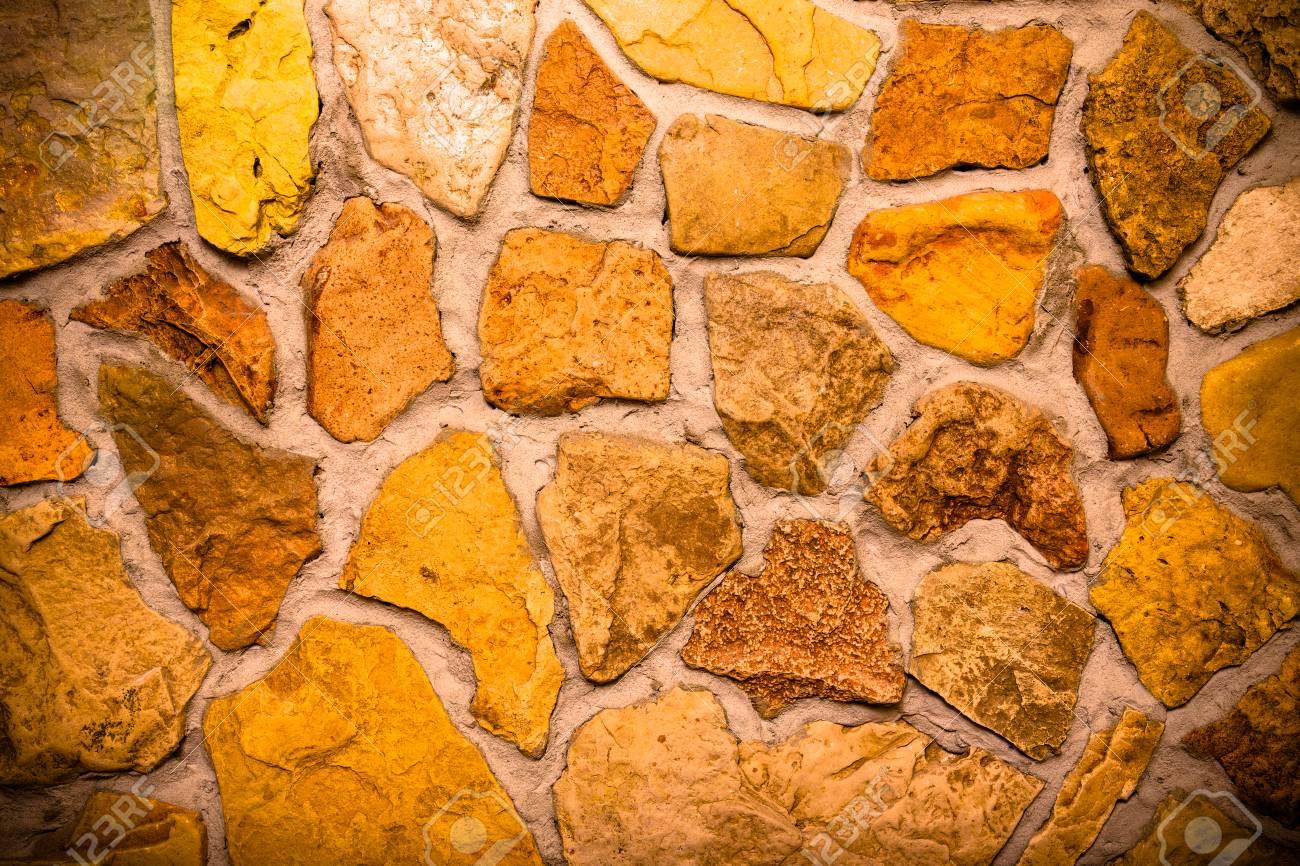 Wand Aus Naturstein Mit Zement Gebaut. Getont. Standard Bild   92936098