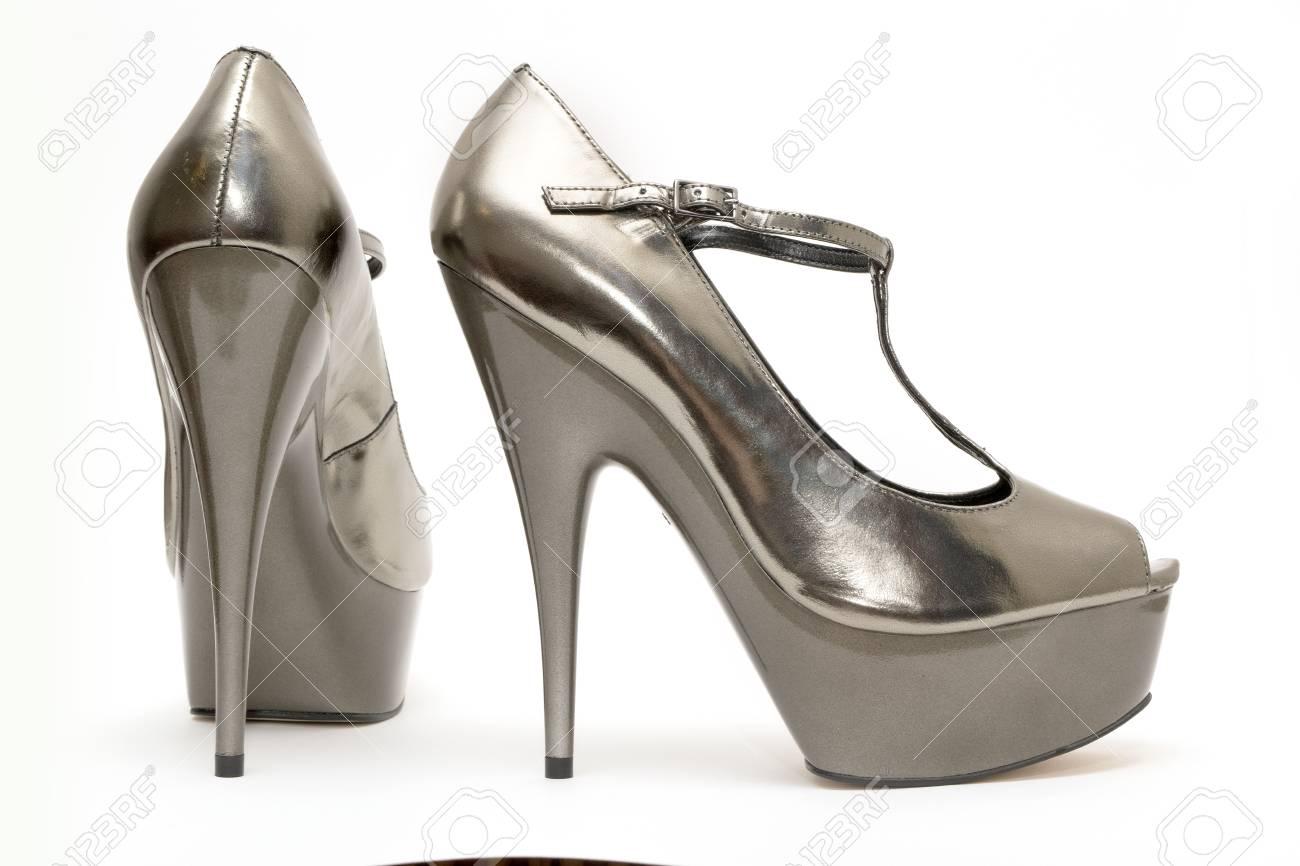 5512027bdf Foto de archivo - Un par de zapatos de tacón alto para mujer de oro sobre  fondo blanco