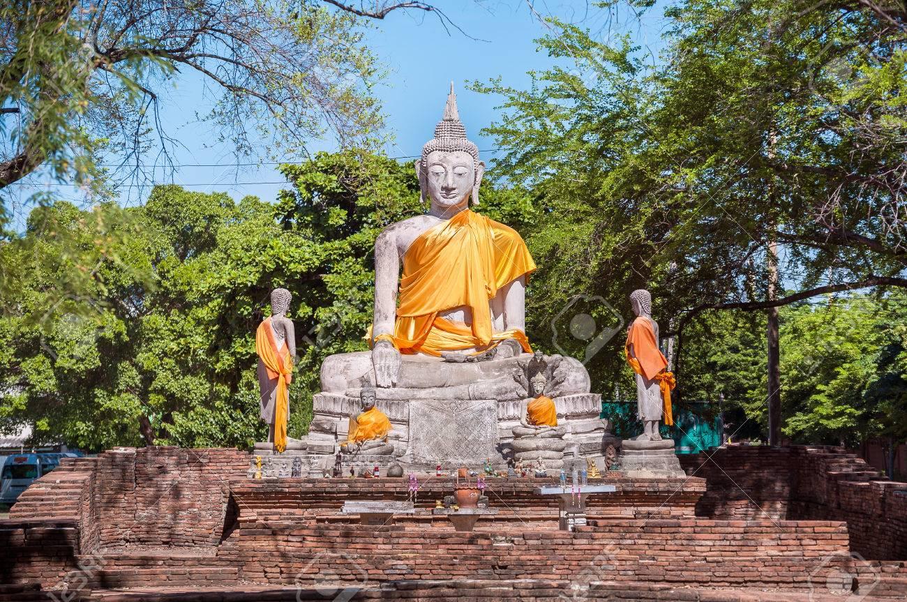 Estatua De Buda De Piedra De Gran Tamaño Con El Marco De Naranja ...